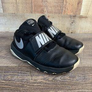 Nike Team Hustle D8 Youth Sz 4Y Basketball Shoe